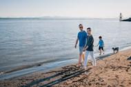一家人在沙滩上散步精美图片