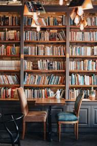 木制书架上的书高清图片