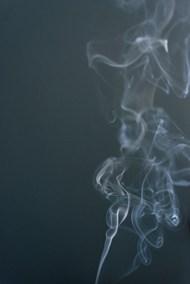 烟雾升起的黑色背景图片
