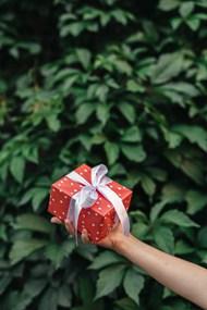 一个人手里拿着礼物盒图片素材