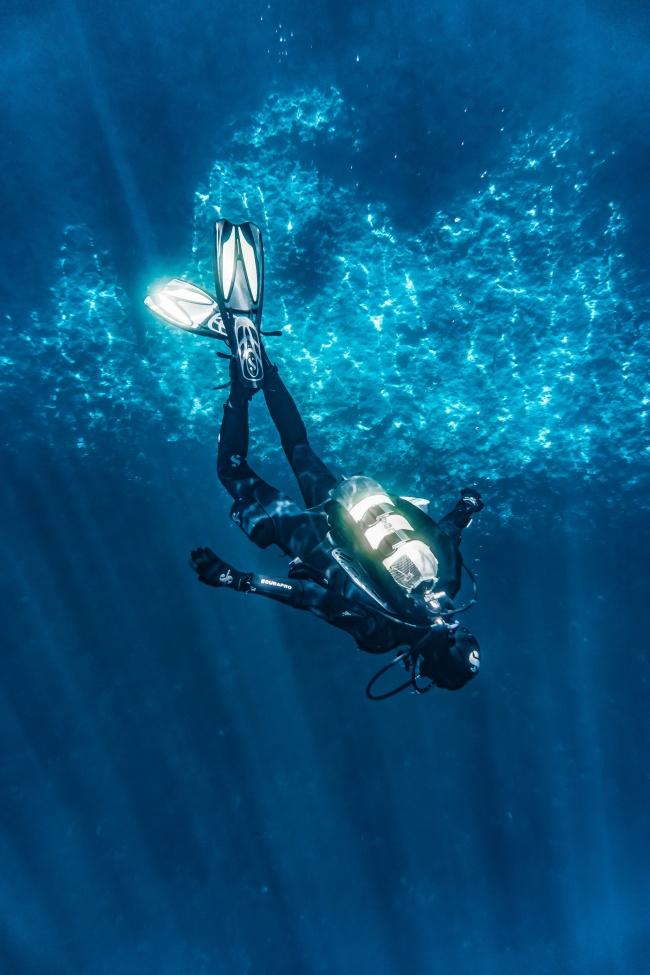 海底潜水人物图片