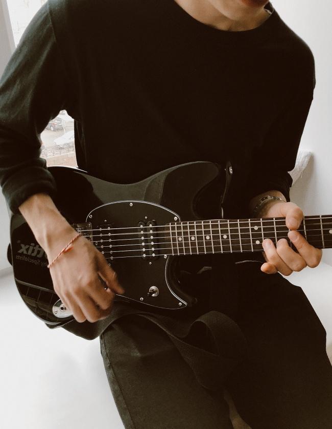 弹吉他的人物图片大全
