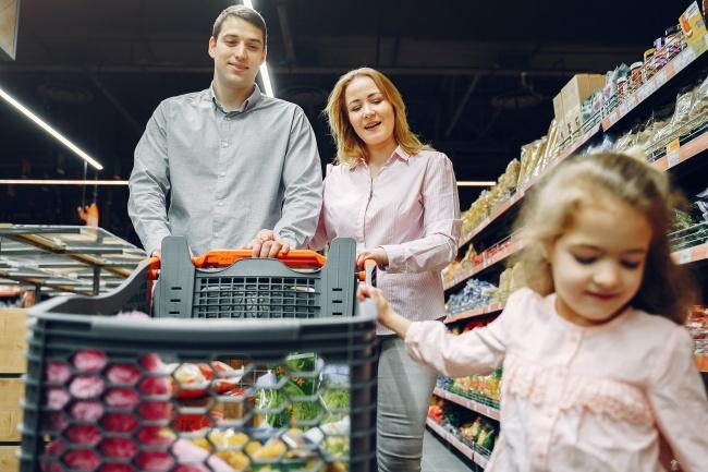 一家三口逛超市图片素材