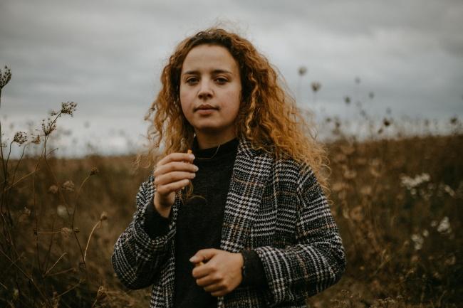 外国素颜卷发女人图片素材