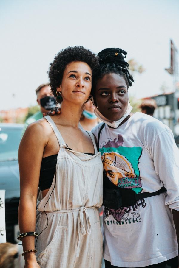 黑人和白人闺蜜高清图