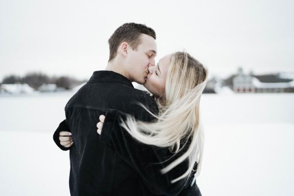 外国情侣接吻高清图片