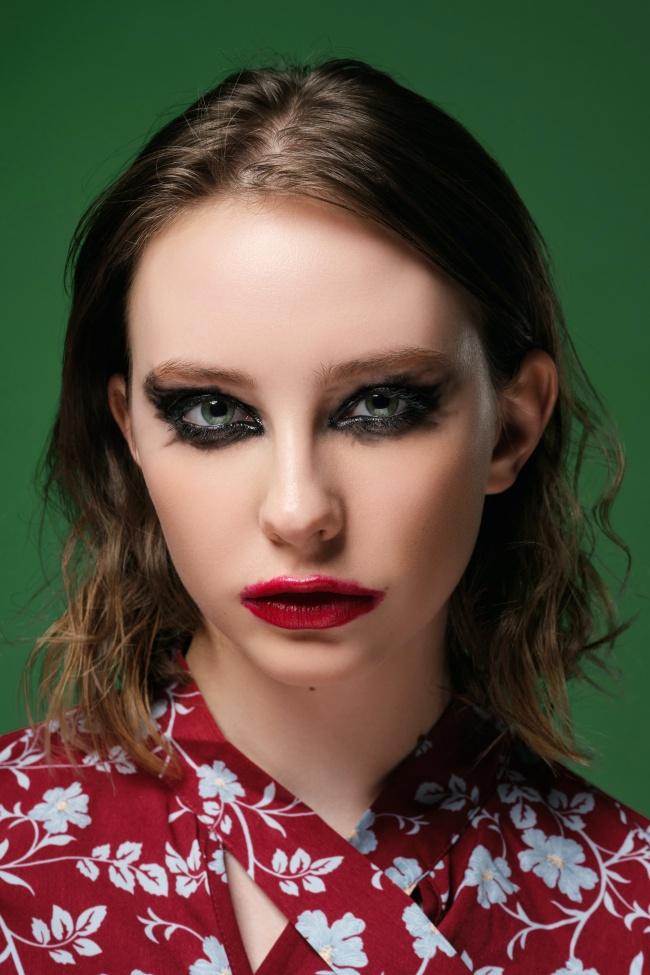 浓厚眼妆红唇美女写真图片