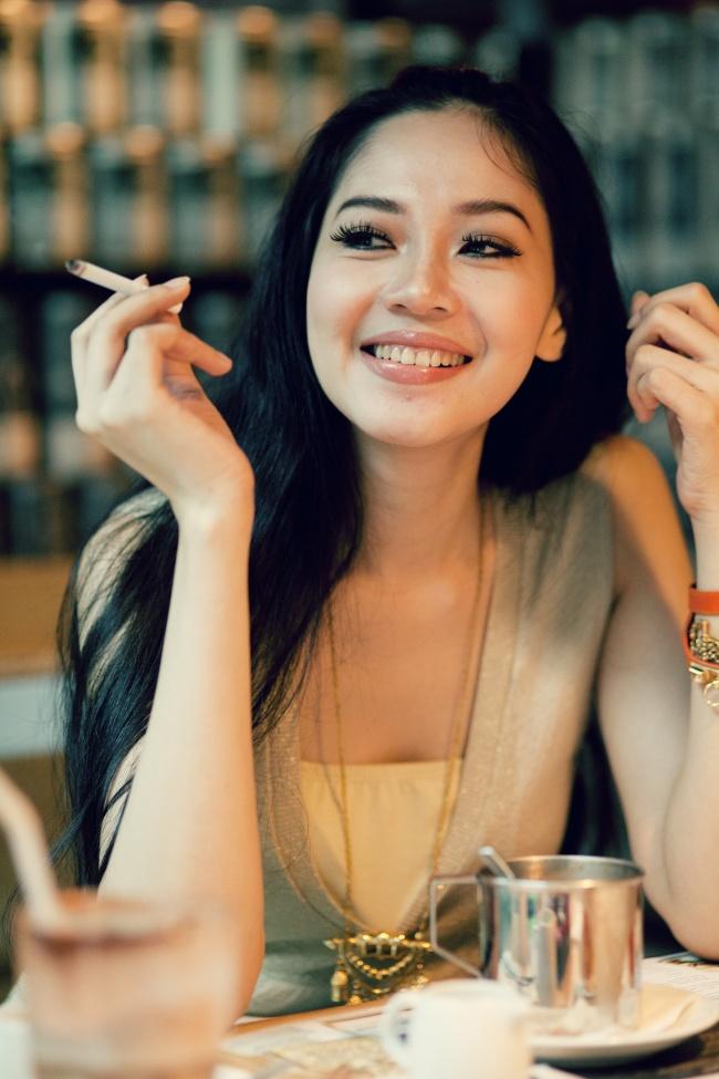 亚洲抽烟美女精美图片