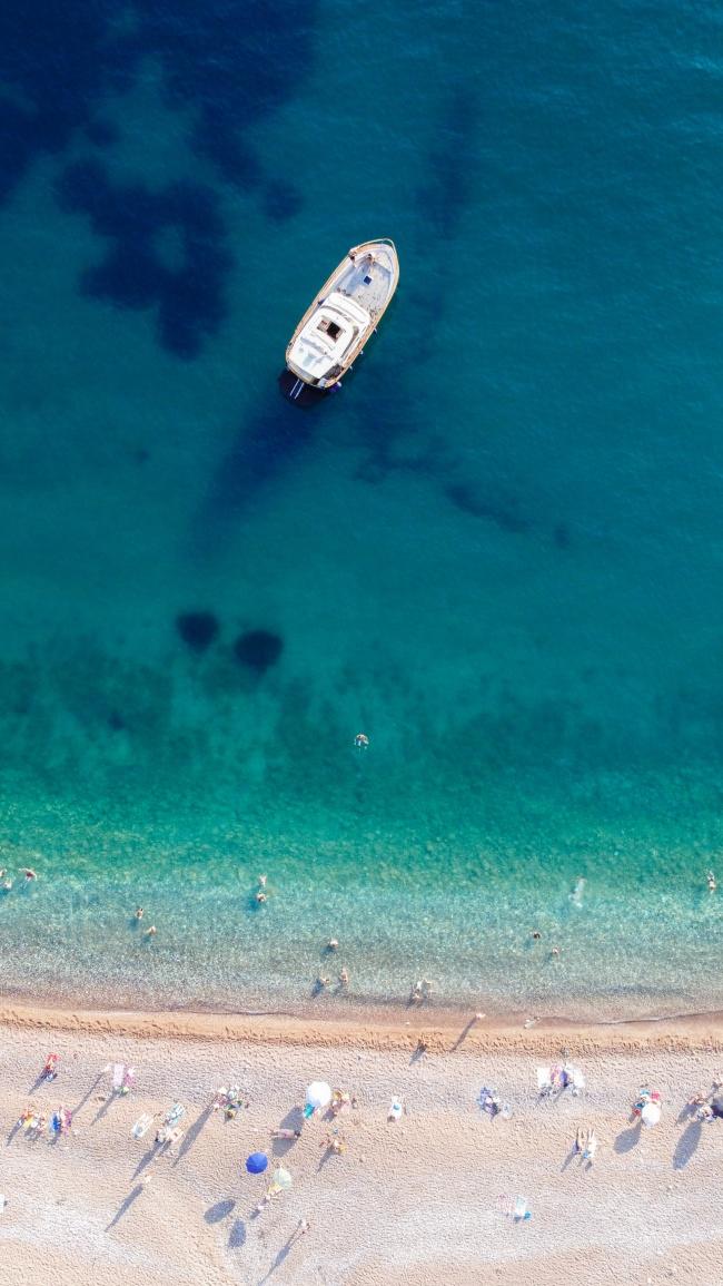 蓝色大海海滩游艇鸟瞰图图片