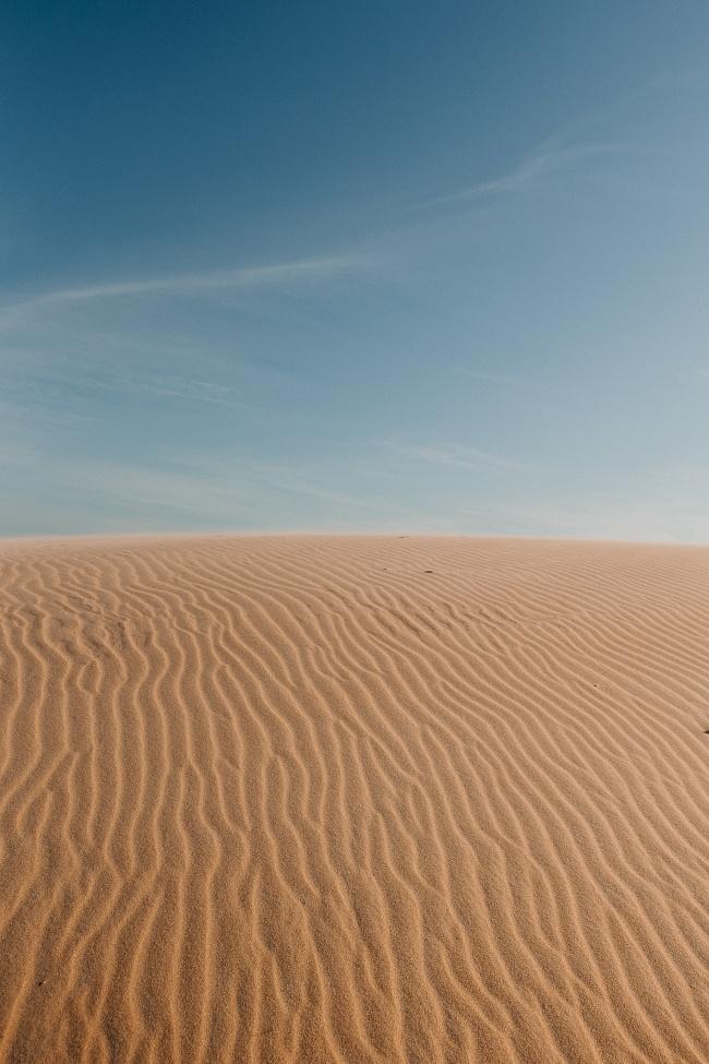 蓝色天空荒芜沙漠图片下载