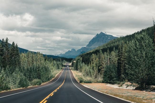 树林山脉公路自驾游图片下载