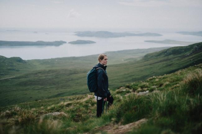 美女一个人登山旅行图片下载