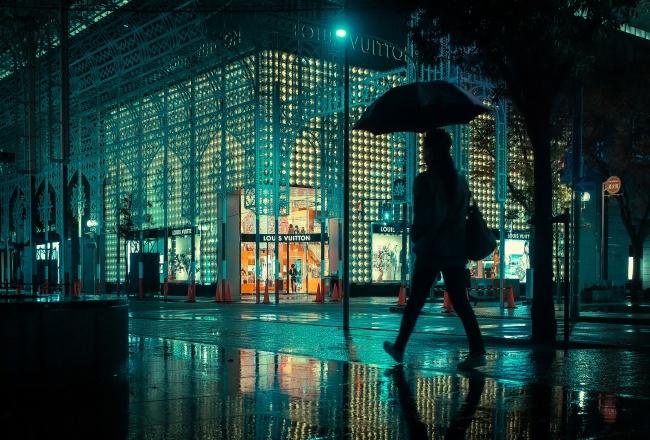 夜晚雨中城市撑伞行人图片