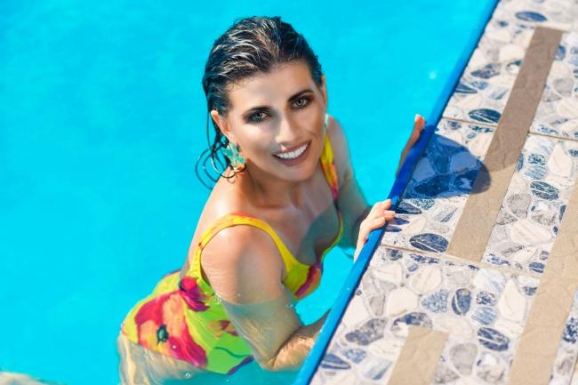 欧美少妇泳池比基尼图片下载