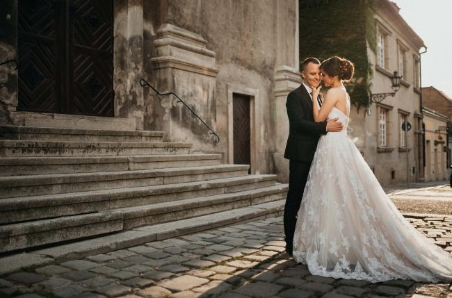 欧洲古镇情侣婚纱照高清图片