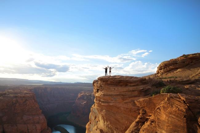 站在山顶岩石上的人图片大全