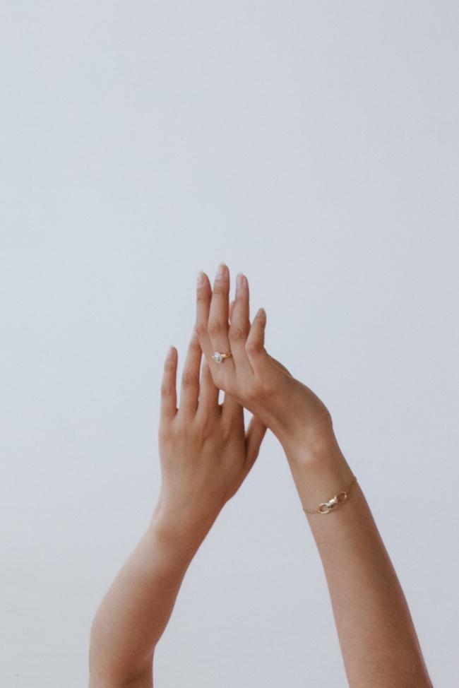 戴戒指和手链的双手图片下载