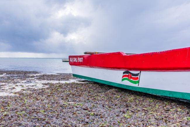 海滩上搁浅的船只图片下载
