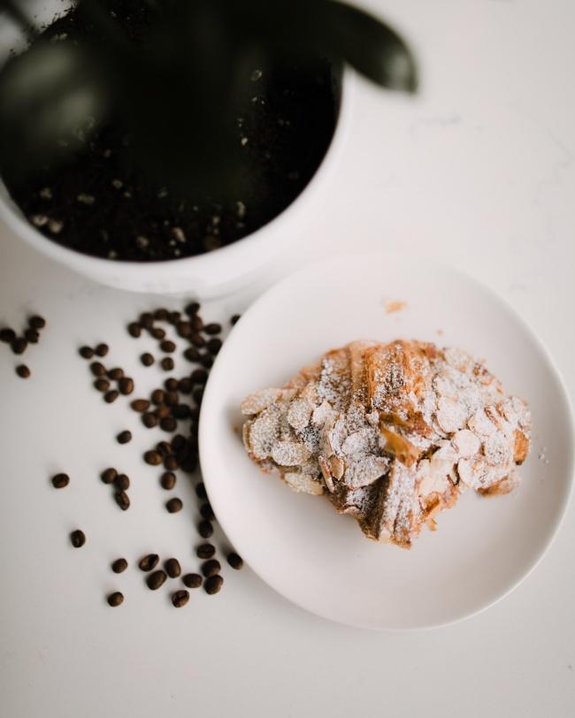 咖啡豆和早餐图片