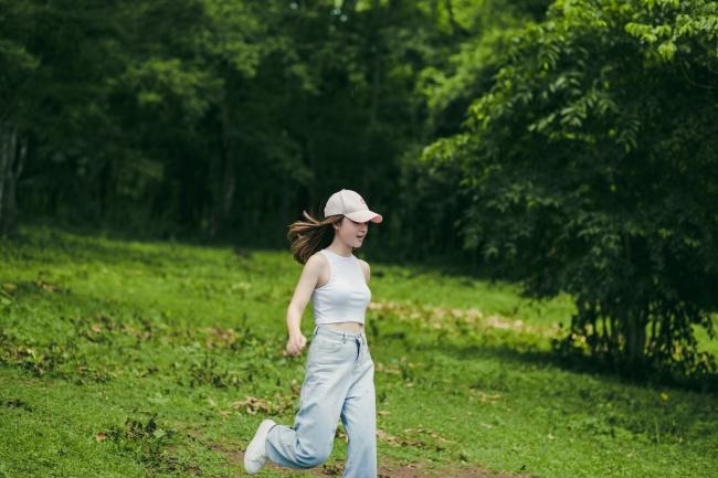 直筒牛仔裤美女图片素材