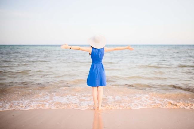 海边美女背影小清新图片素材