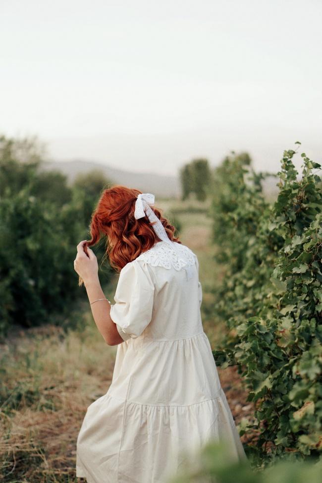 白色娃娃裙美女背影图片素材