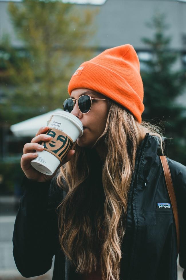 欧美街拍喝咖啡美女图片