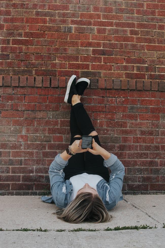 美女墙壁倒立玩手机精美图片
