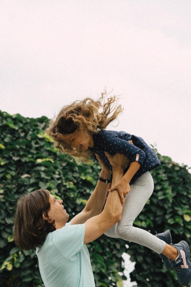 妈妈抱孩子举高高图片素材