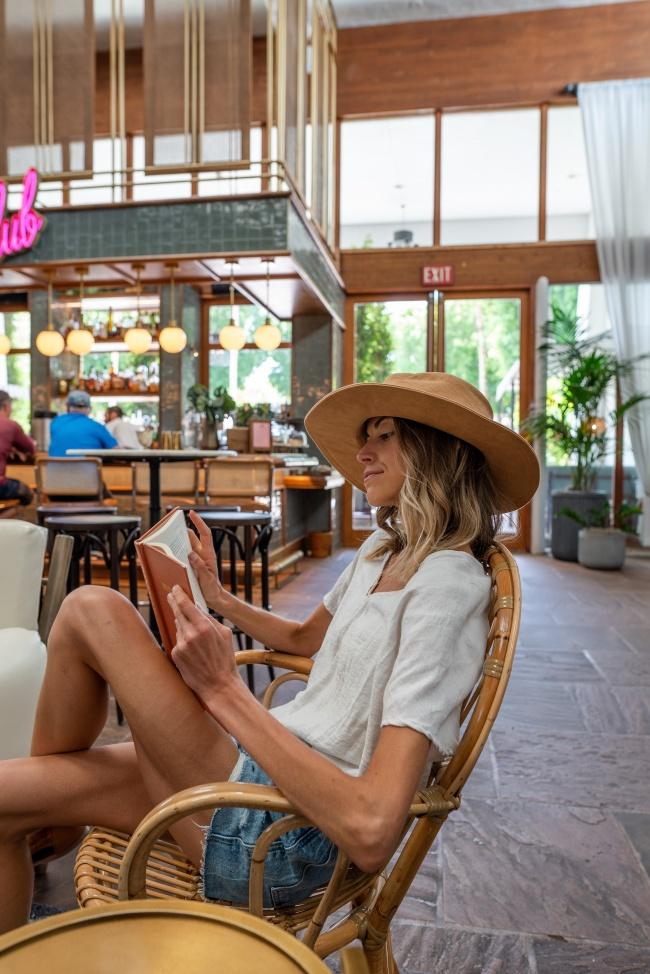 咖啡馆看书美女图片下载