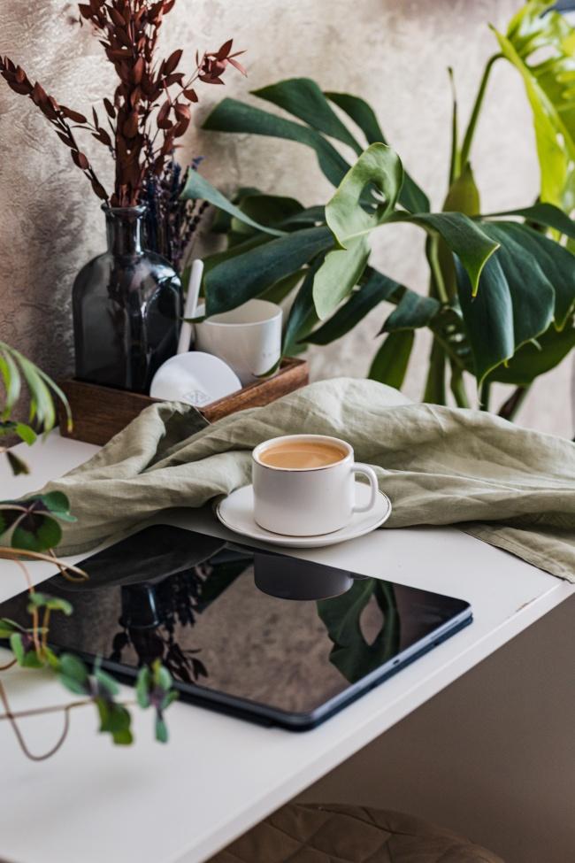 桌子平板和咖啡图片素材