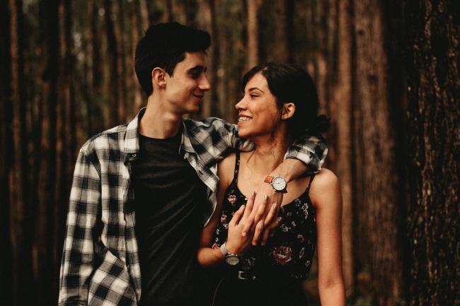 欧美树林情侣摄影图片大全