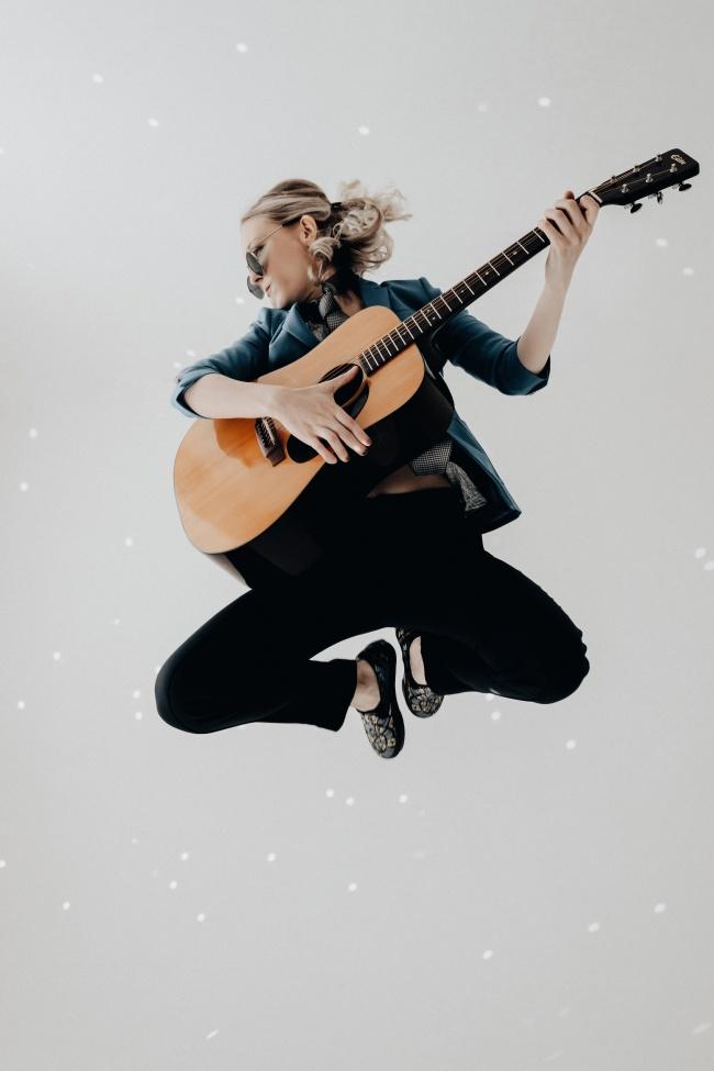 欧美酷帅吉他美女图片下载
