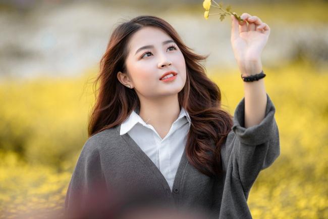 秋天手持落叶的美女高清图片
