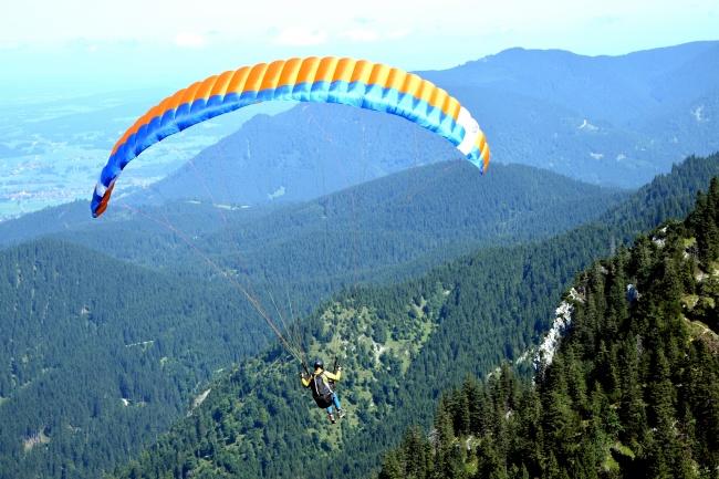 高空山顶降落伞高清图片
