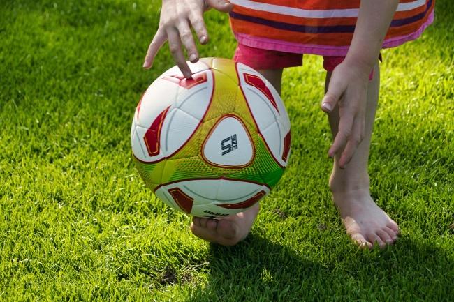 草地上打足球精美图片