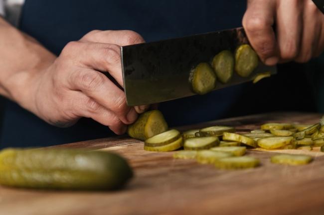 木砧板上切黄瓜条图片