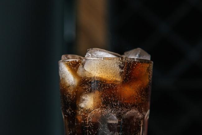 一杯冰块可乐高清图片
