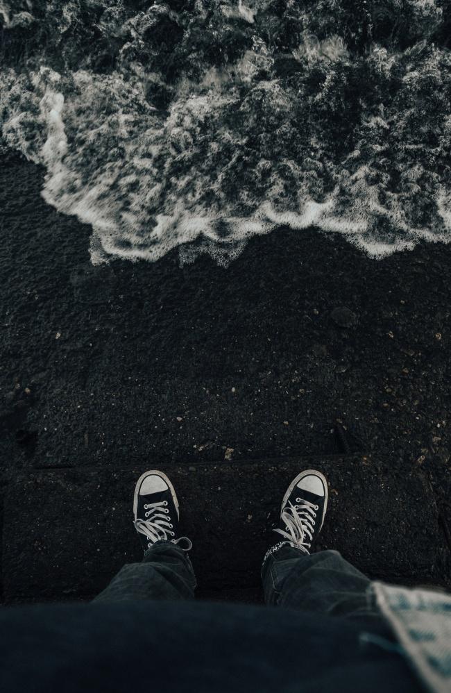 踩在沙滩上的双脚高清图片
