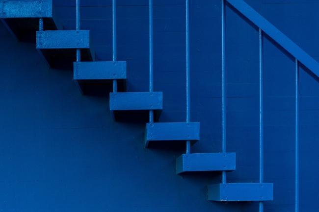 蓝色栏杆楼梯图片下载