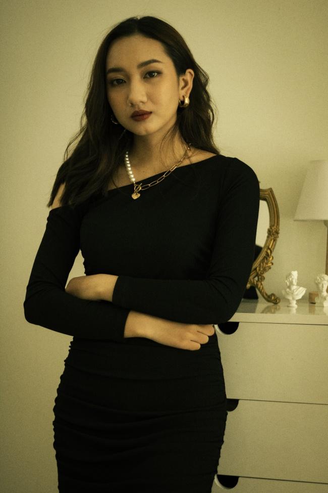 黑色斜肩紧身包臀裙美女图片