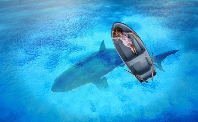 海上泛舟美女意境写真图片