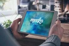 男性手持iPad样机模型分层素材