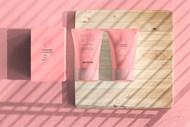 木板上的护肤品与包装盒样机源文件